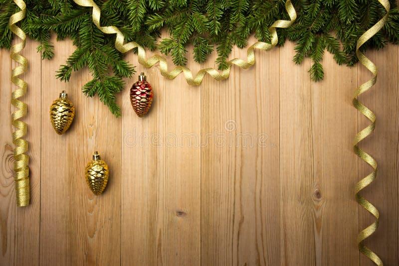 与杉树、金黄丝带和12月的圣诞节木背景 免版税图库摄影