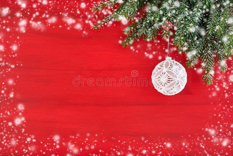 与杉树分支和白色Christma的红色圣诞节背景 免版税库存照片