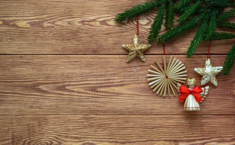 与杉树和秸杆装饰,空的空间分支的圣诞节木背景  免版税库存图片