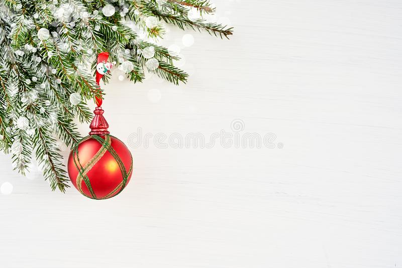 与杉树和红色装饰的白色圣诞节背景 免版税图库摄影