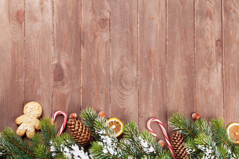 与杉树和食物装饰的圣诞节背景 免版税库存图片