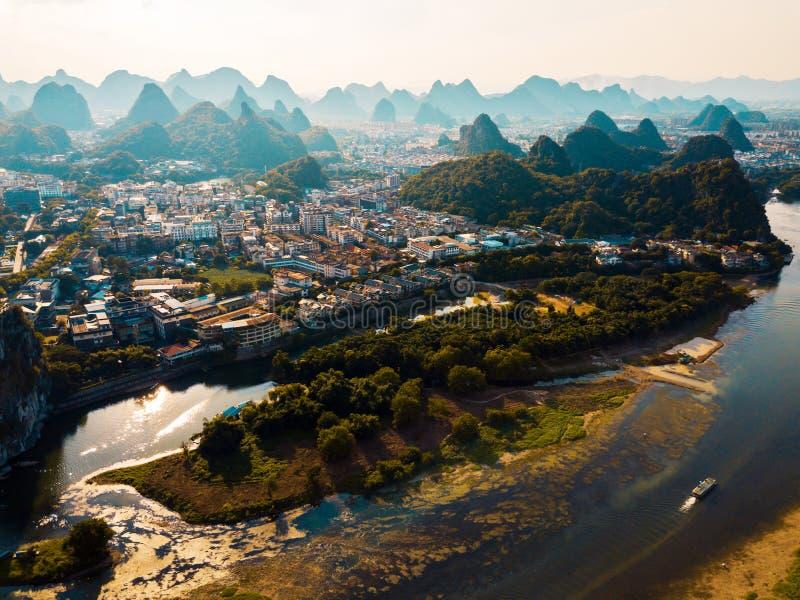 与李河的桂林鸟瞰图和岩层在中国 免版税图库摄影
