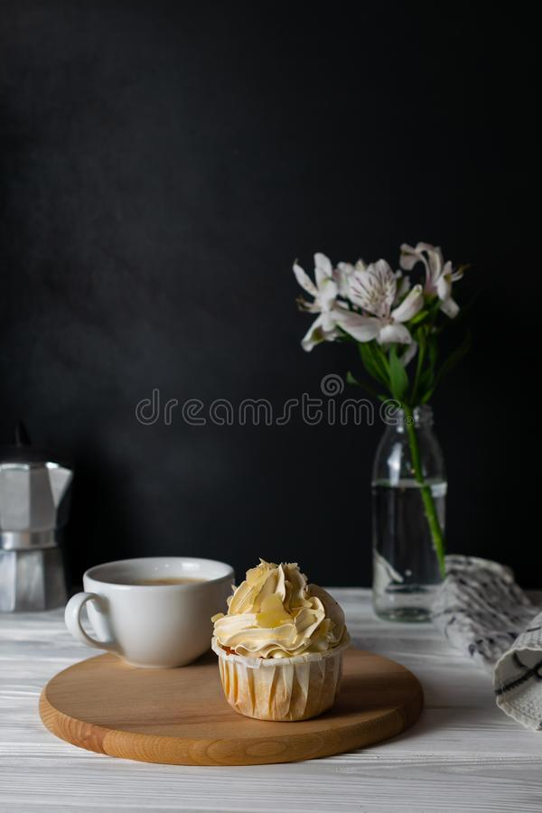 与杏仁味道结霜的鲜美杯形蛋糕与咖啡 免版税图库摄影