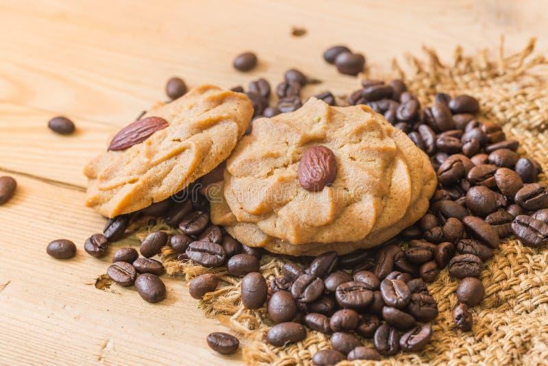 与杏仁坚果的咖啡曲奇饼用咖啡豆 库存照片