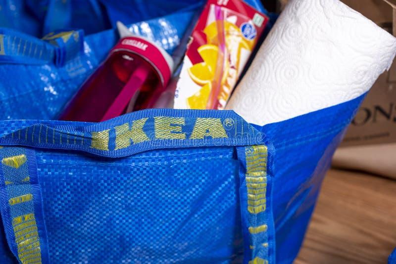 与材料的一个宜家家居蓝色袋子 免版税库存图片