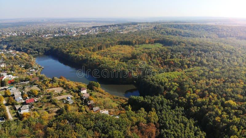 与村庄和湖的空中秋天风景 库存图片
