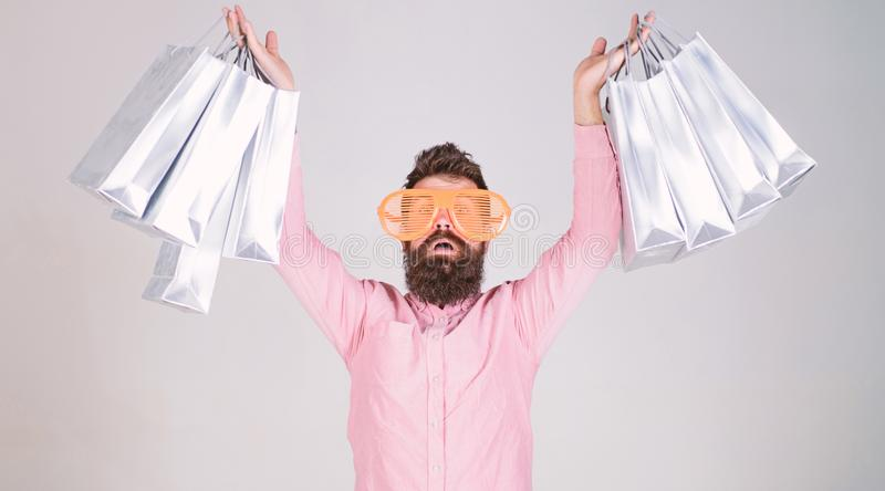与束纸袋的愉快的购物 购物的上瘾的消费者 如何准备好在您的下个假期 r 库存照片