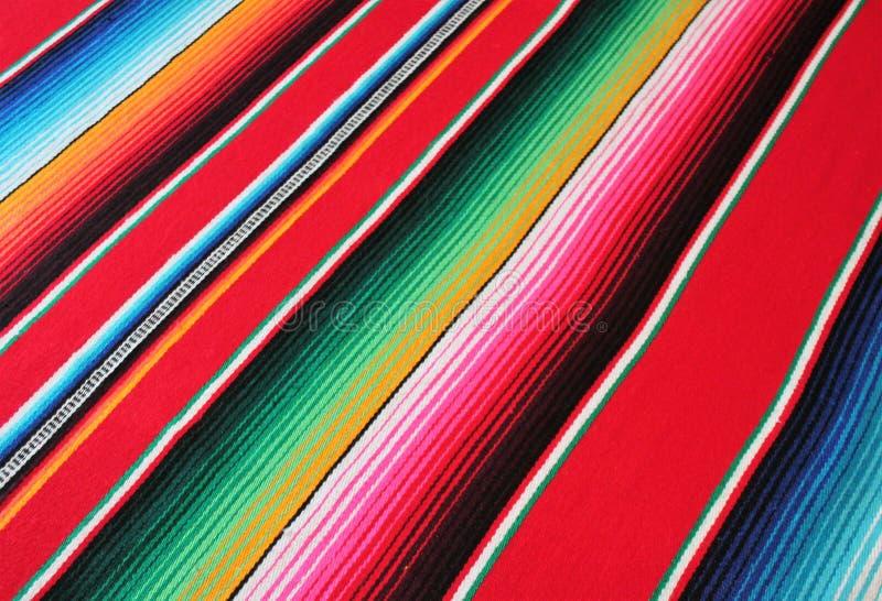 与条纹的墨西哥墨西哥传统cinco de马约角地毯雨披节日背景 免版税图库摄影