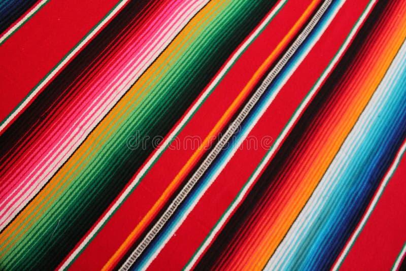与条纹的墨西哥雨披serape墨西哥传统cinco de马约角地毯雨披节日背景 免版税库存图片