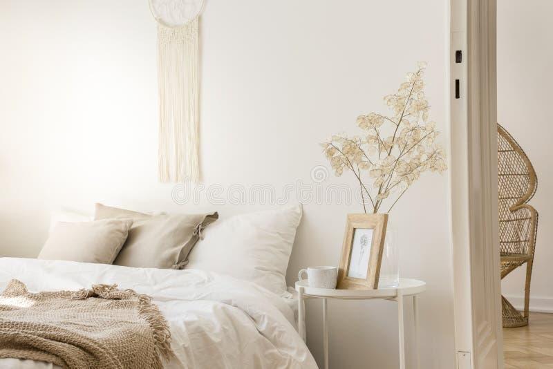 与杯子和被构筑的图片,真正的照片的床头柜 库存照片