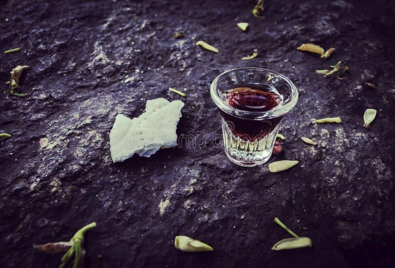 与杯子和面包的圣餐在石头 免版税库存照片