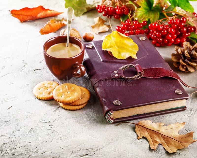 与杯子咖啡书的秋天静物画 免版税库存图片