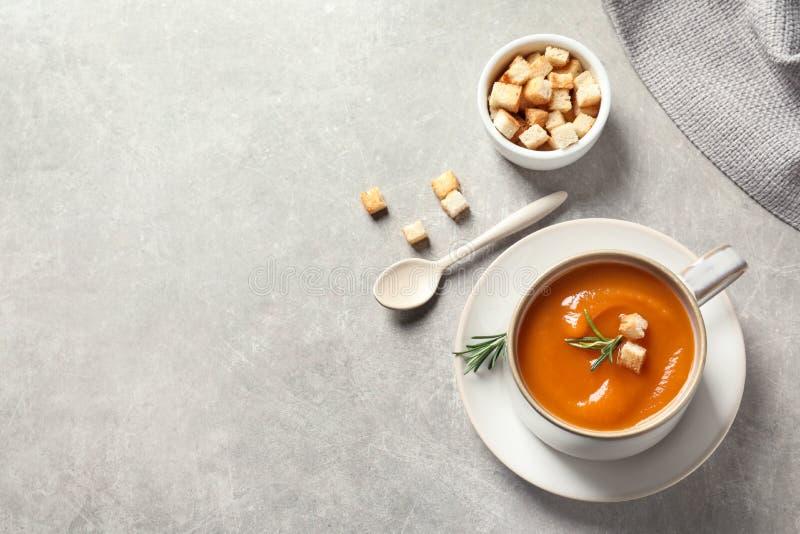 与杯子的平的被放置的构成鲜美地瓜土豆汤和空间文本的 免版税库存图片