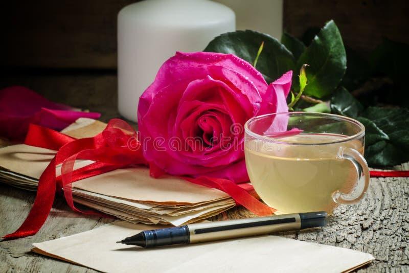 与杯子的葡萄酒明信片草本绿茶,老l小包  免版税库存照片