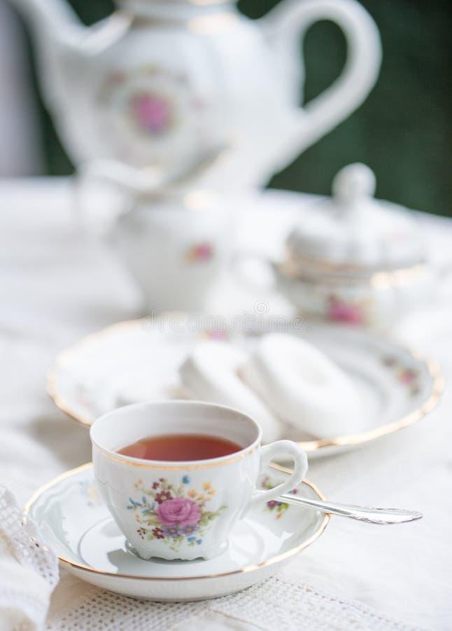 与杯子的豪华瓷茶具,茶壶,在白色的糖罐 图库摄影