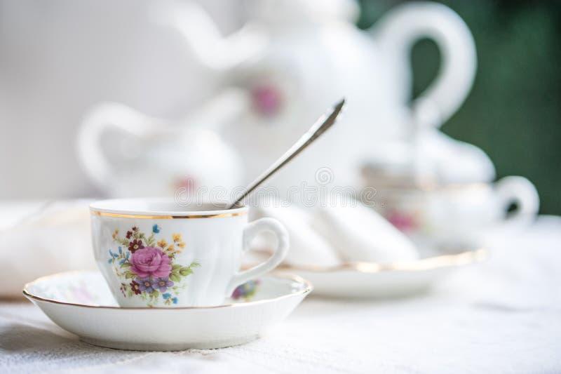 与杯子的豪华瓷茶具,茶壶,在白色的糖罐 库存照片