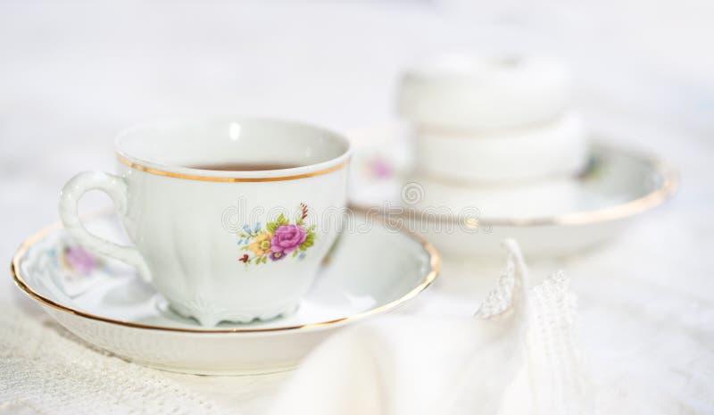 与杯子的豪华瓷茶具,茶壶,在白色的糖罐 免版税库存图片