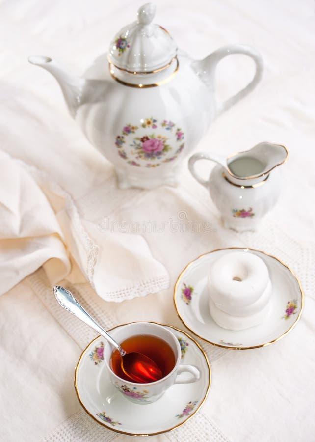 与杯子的豪华瓷茶具,茶壶,在白色的糖罐 免版税库存照片