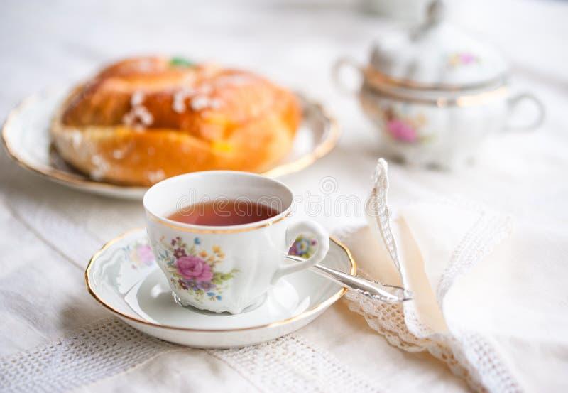 与杯子的豪华瓷茶具,茶壶,糖罐 免版税库存图片