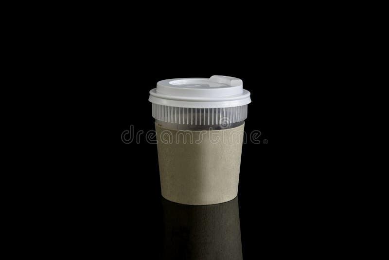 与杯座的接近的外卖咖啡 隔绝在黑backgro 免版税库存照片