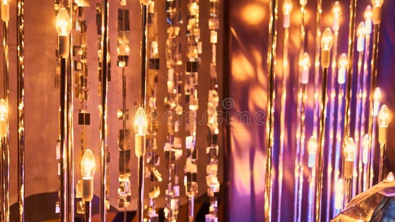 与杯的除夕欢乐庆祝模糊的背景香槟 葡萄酒金烟花和bokeh在新 库存照片