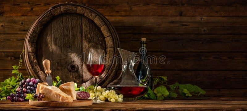 与杯的静物画红葡萄酒 免版税图库摄影