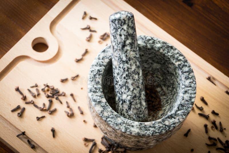与杵和灰浆的丁香 免版税库存图片