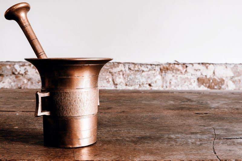 与杵的老古铜色灰浆wootden桌 免版税库存图片