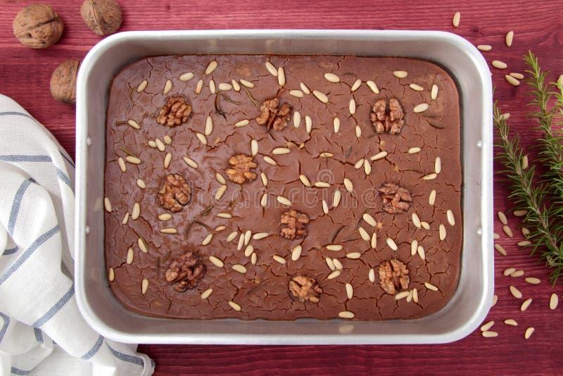 与松果和迷迭香的栗子蛋糕 免版税库存照片