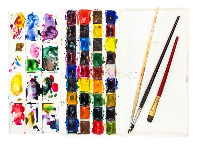 与板台和少量油漆刷的水彩油漆 库存照片