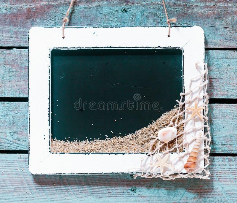 与板岩的葡萄酒白色木制框架 免版税图库摄影