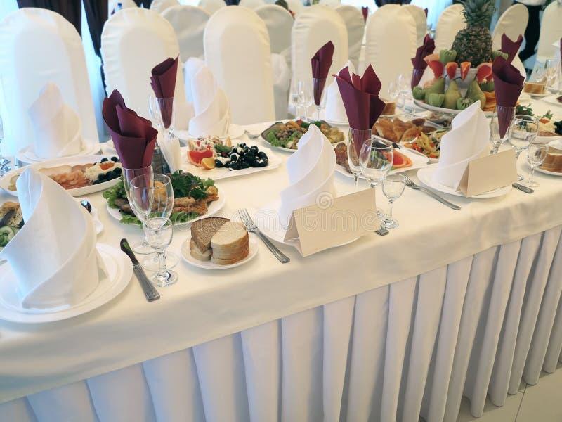 与板材和餐巾的装饰的餐桌招待会 库存图片