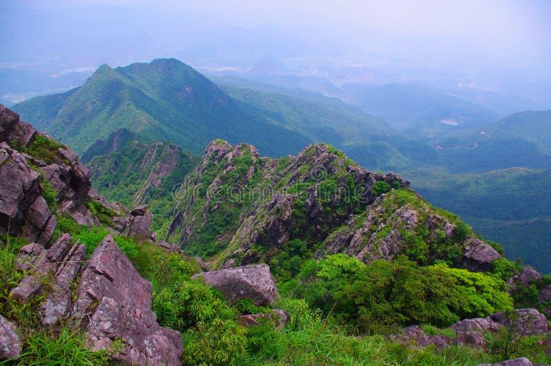 与极大的岩石的高山在中国南方 库存照片