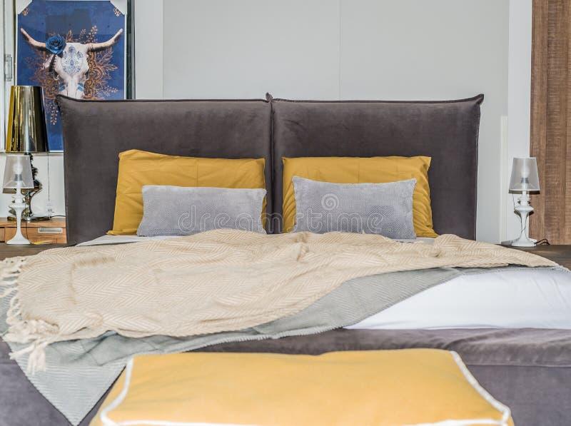 与枕头和被子,内部的双人床 免版税库存照片