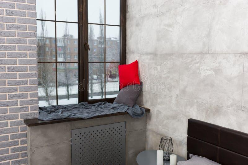 与枕头和毯子的窗台在卧室 免版税图库摄影