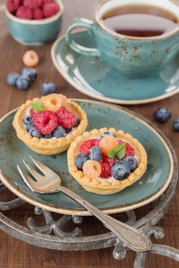 与果子果子馅饼的可口早餐 免版税库存照片
