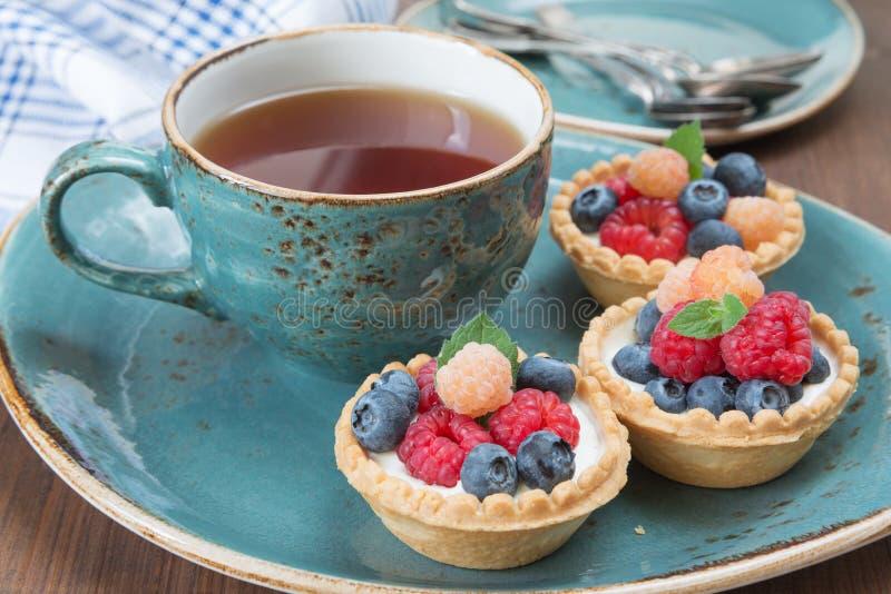 与果子果子馅饼的可口早餐 免版税图库摄影