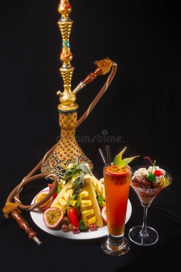 与果子维生素热带鸡尾酒的水烟筒 免版税库存照片