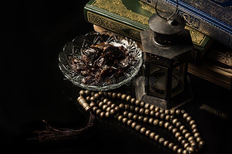 与枣椰子的念珠在黑背景 免版税图库摄影