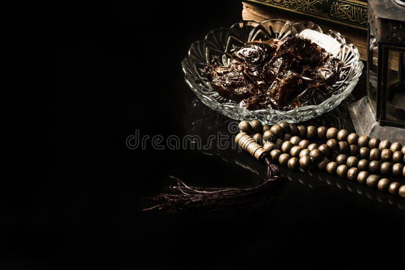 与枣椰子的念珠在黑背景 库存照片