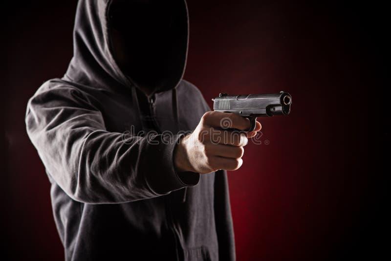 与枪特写镜头的凶手 库存图片