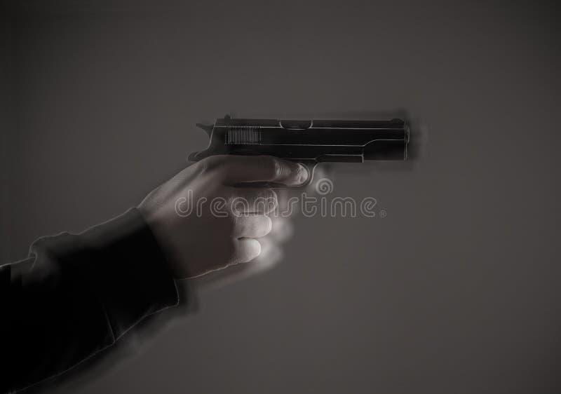 与枪特写镜头的凶手 免版税库存图片