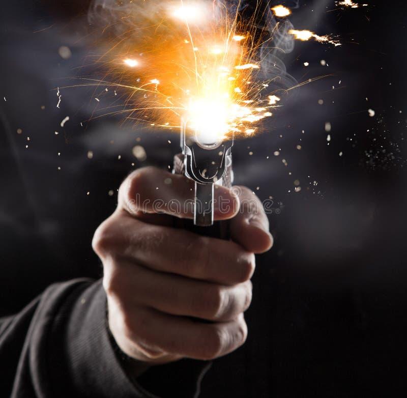 与枪的凶手 免版税库存图片