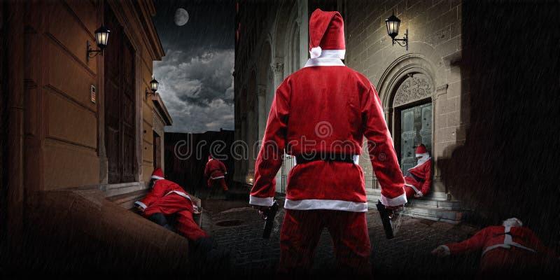 与枪的圣诞老人在胡同 库存图片