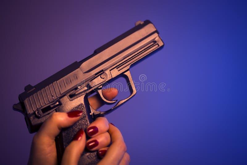 与枪的夫人女性凶手 免版税库存照片