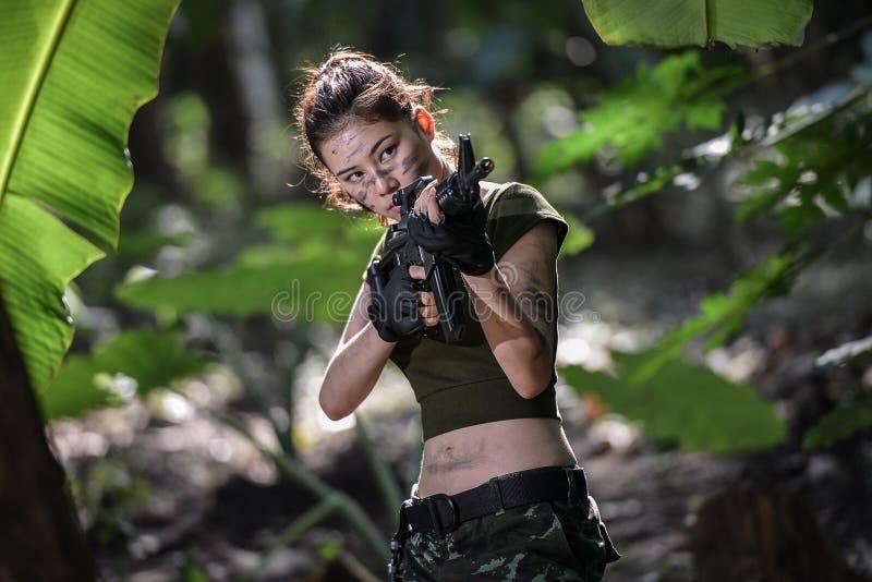 与枪的特种部队在密林 库存照片