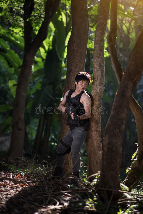 与枪的特种部队在密林 免版税库存图片