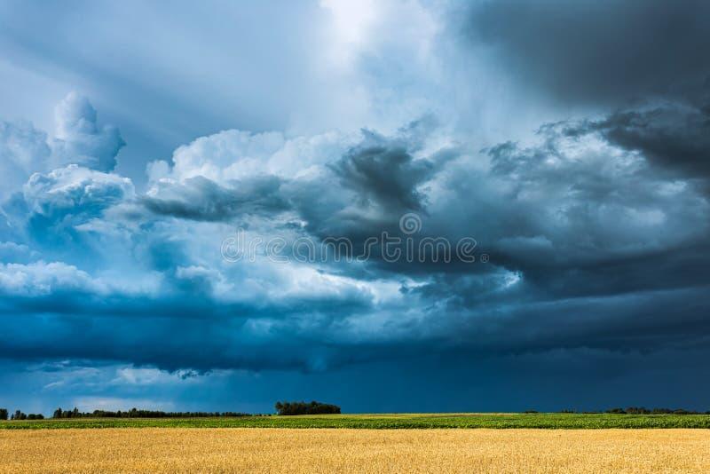 与架子云彩和强烈的雨的暴风云 免版税库存照片