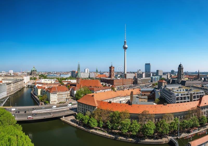 与柏林大教堂和电视塔的柏林都市风景 库存照片
