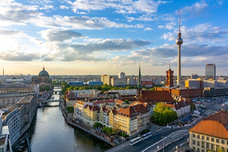与柏林大教堂和电视塔,德国的柏林都市风景 免版税图库摄影